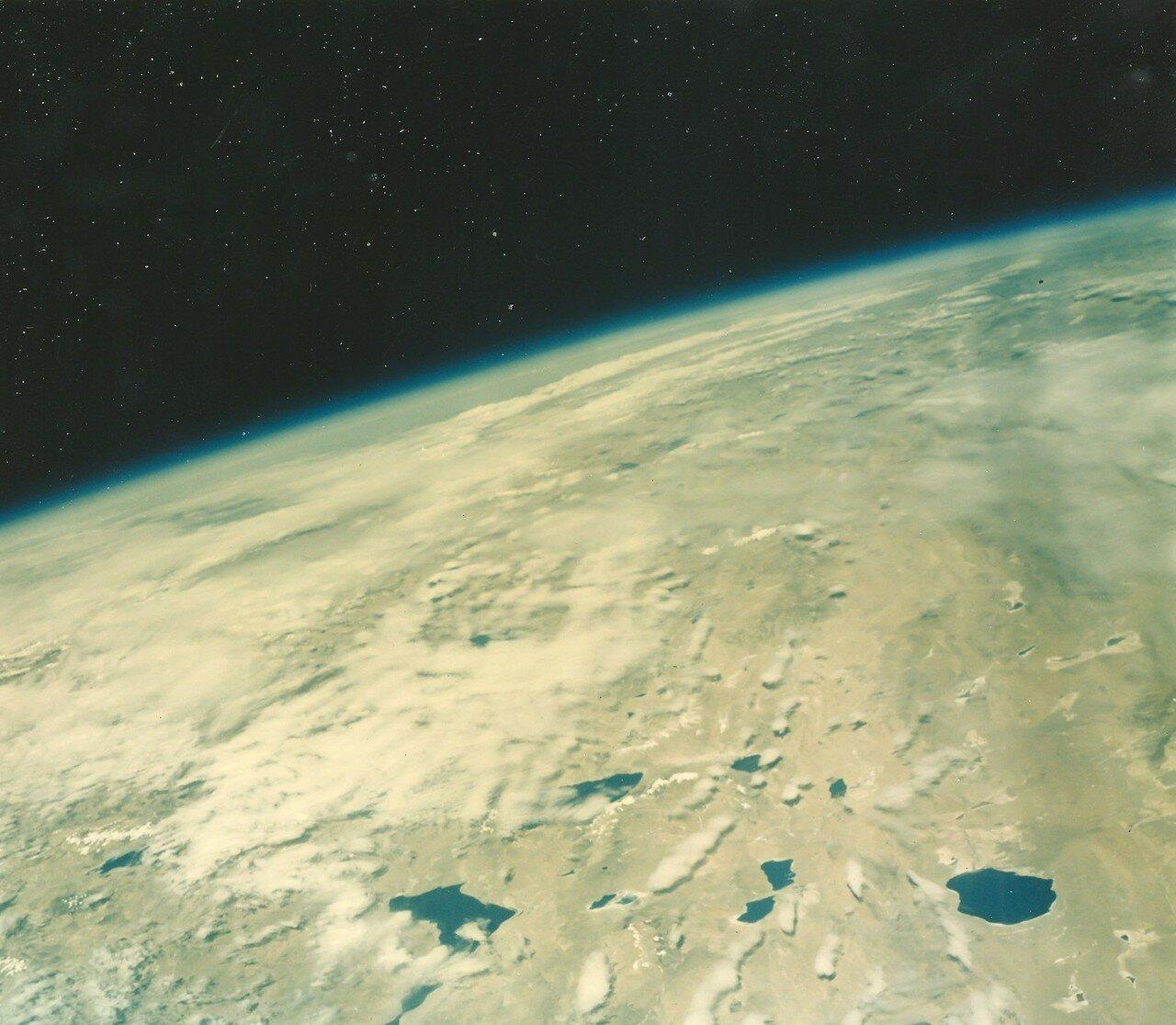 24. 1963. 15 мая. Снимок Земли из космоса, сделанный Гордоном Купером во время полета на «Меркурии-Атласе»-9 (Faith 7)