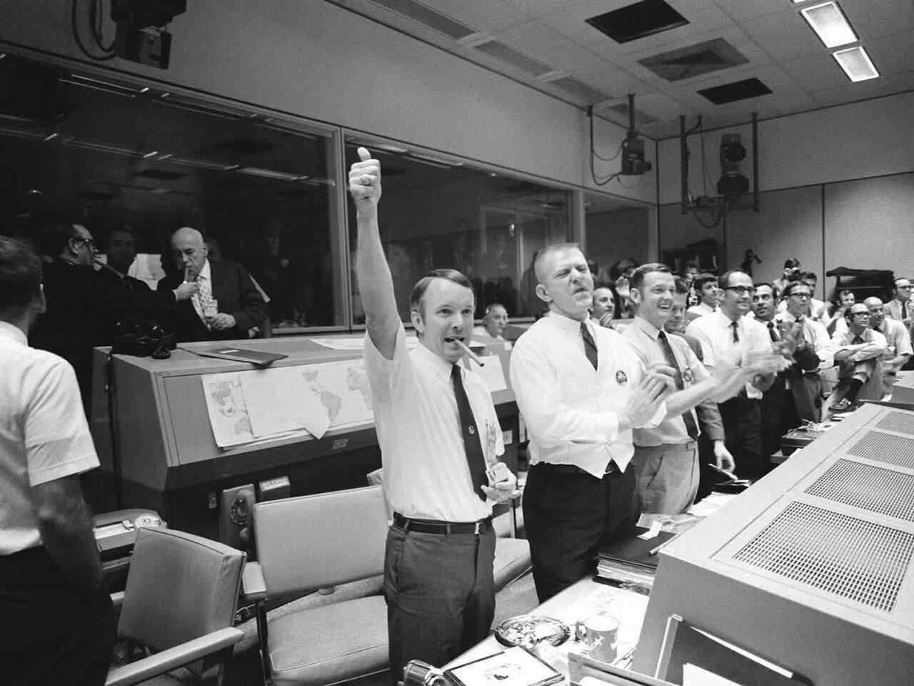 Астронавты и наземные службы Хьюстона за проявленное мужество и исключительно высокопрофессиональную работу были награждены высшей гражданской наградой США — «Медалью свободы».На снимке: Трое из четырех полетных диспетчеров в Хьюстоне