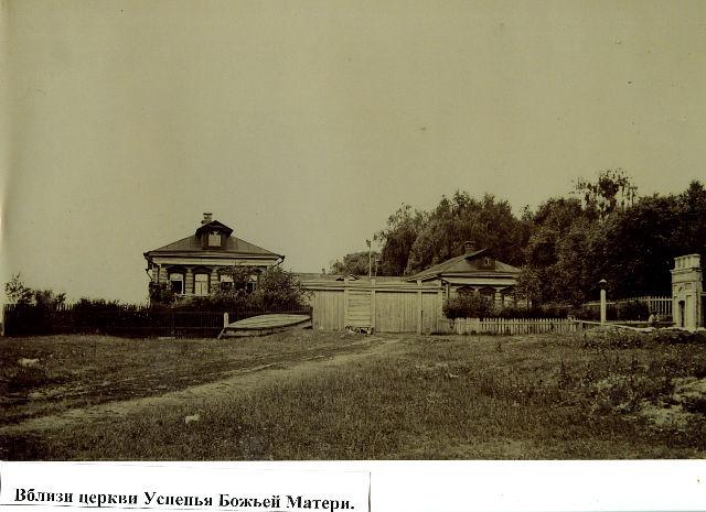 Московская улица, справа старое кладбище у церкви