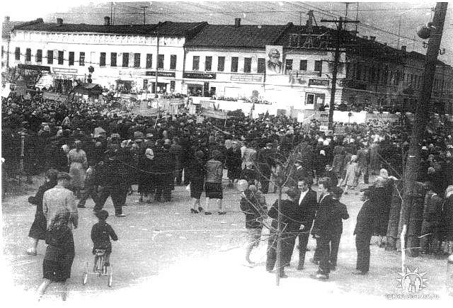 7 ноября. Площадь в центре города. Снимок со стороны ресторана Колос (ПАССАЖ)