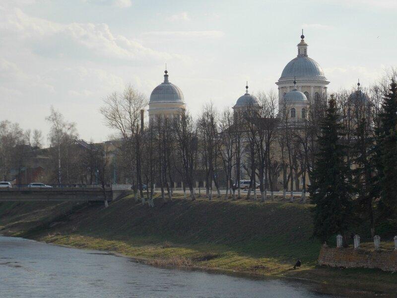 Спасо-Преображенский собор на берегу реки Тверцы в Торжке и одноглавый зимний храм Входа Господня в Иерусалим