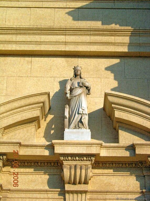 Египет. Александрия. Скульптура святой Екатерины на фронтоне католического костела.