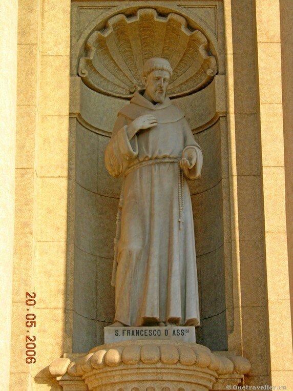 Египет. Александрия. Скульптура святого Франциска Ассизского на фронтоне католического костела.