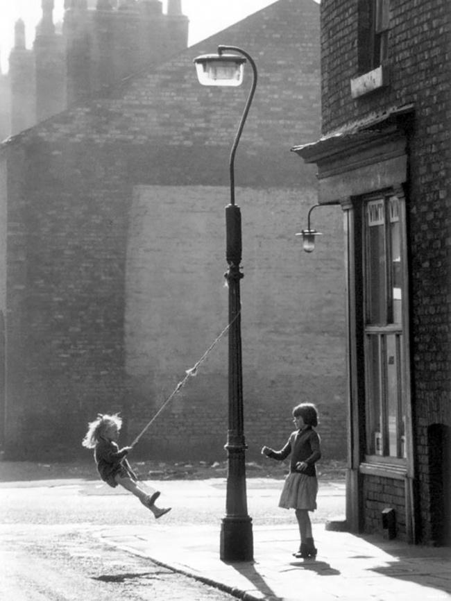 Две девочки наимпровизированных качелях, Манчестер, Англия, 1965г.