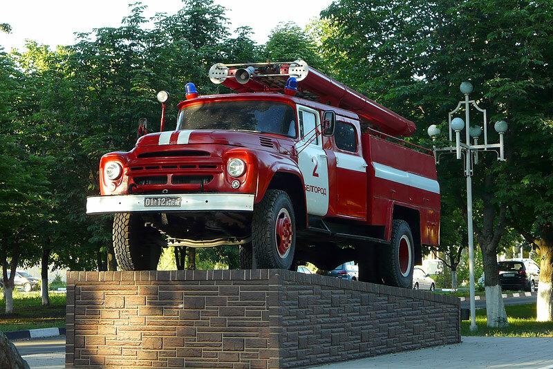Памятник пожарному автомобилю в Белгороде, фото Sanchess