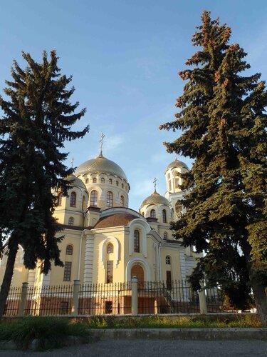 Храм вознёс купола к небу