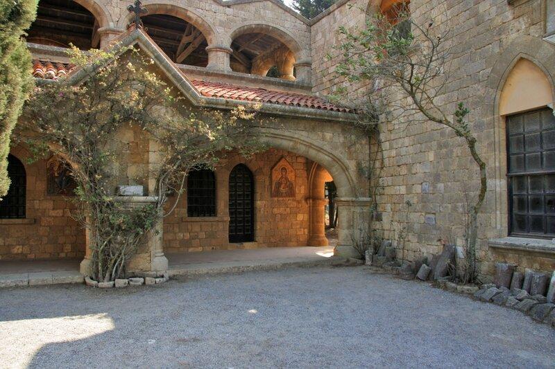 Галереи в монастыре