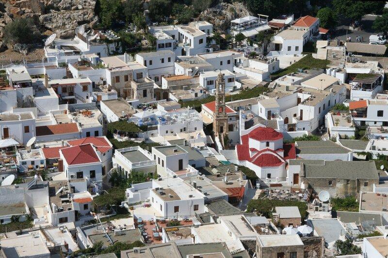 Вид с акрополя Линдоса на кварталы нижнего города