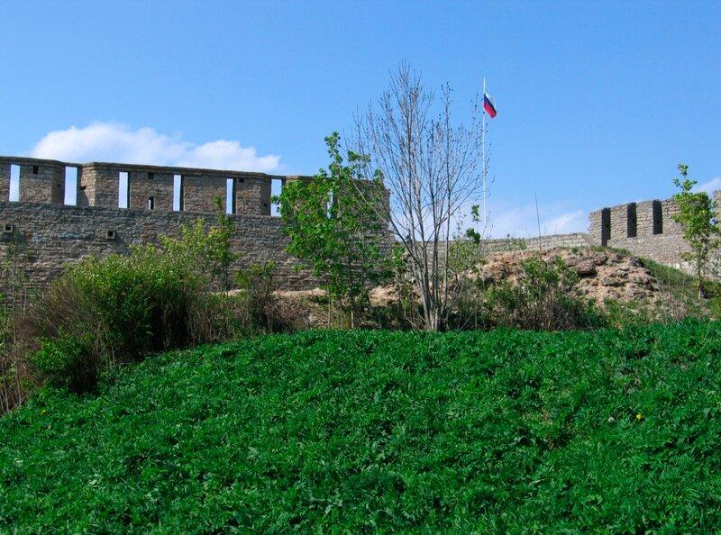 Российский флаг в крепости Ивангород