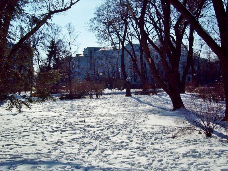 Снег на газоне Мариинского парка