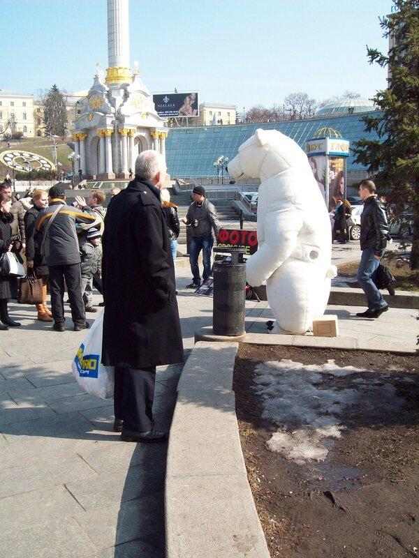 Фотомодель в костюме белого медведя