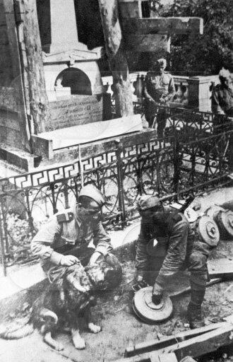 Советские сапёры разминируют могилу Пушкина