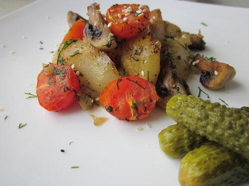 Картофель запеченый с грибами и помидорами
