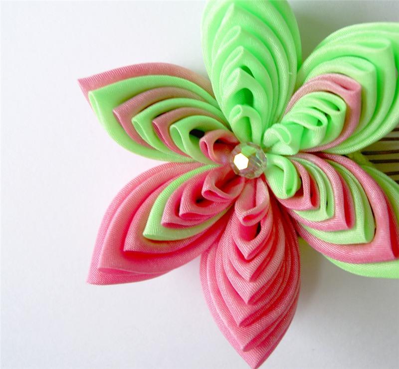 Это современные канзаши с шёлковыми цветами, а точнее её разновидность...