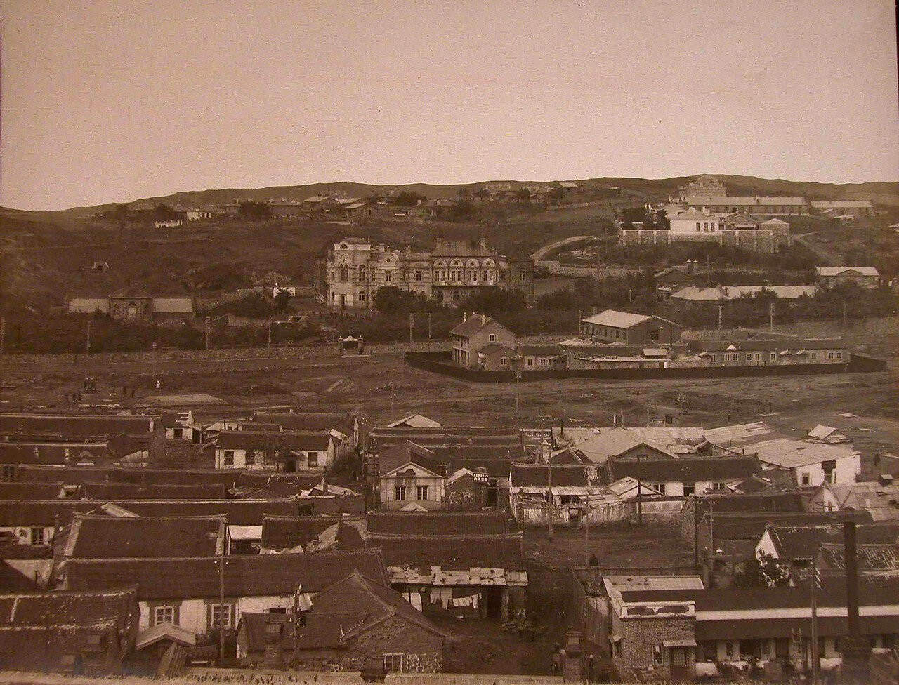 06. Вид жилых домов (на первом плане) и здания больницы (на втором плане)