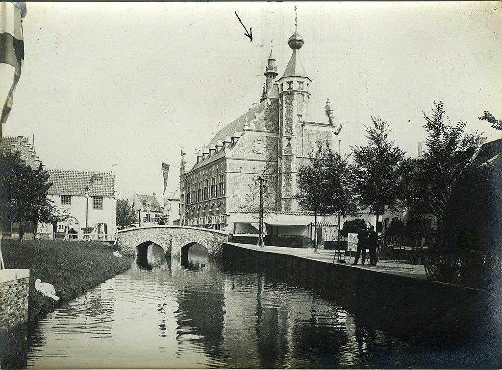 Старый канал и городской отель