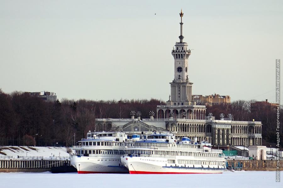 4 апреля 2012 года. Теплоходы «Президент» и «Илья Муромец» у причала Северного речного вокзала Москвы