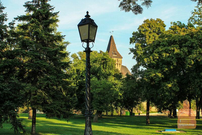 Замок Вайдахуняд окружает парк