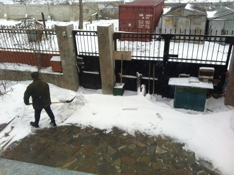 Вова чистит снег