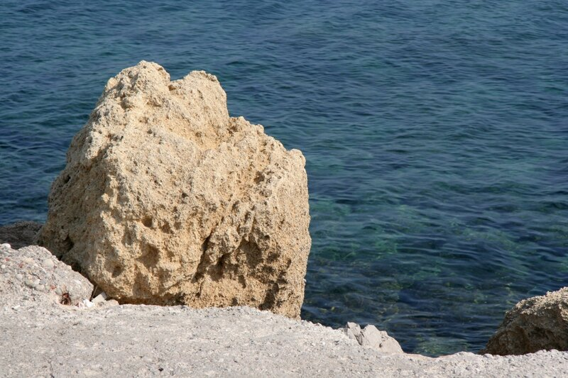 Камень на берегу Эгейского моря у острова Родос
