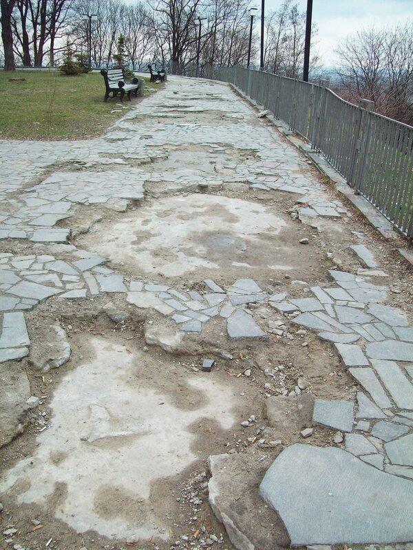 Поврежденное покрытие парковой дорожки
