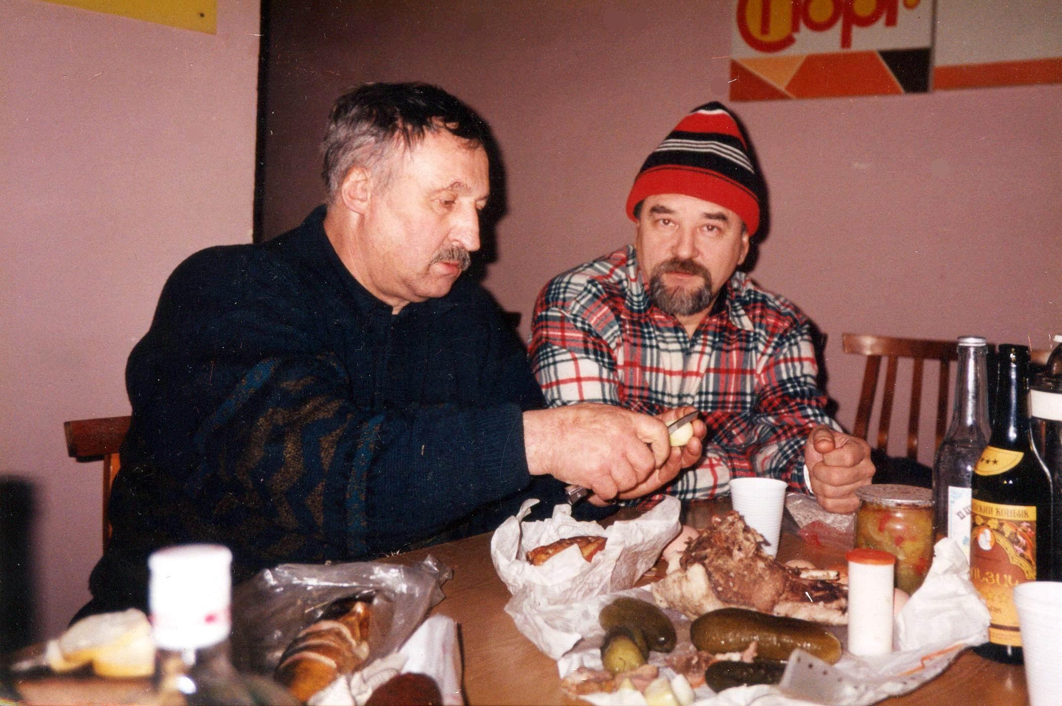 Евгений Чебалин с генерал-полковником Альбертом Макашовым  , застолье после охоты.