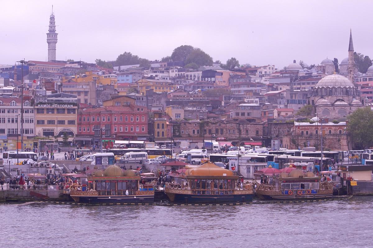 Лодки, на которых готовят балык экмек (рыбные сэндвичи) в Эминёню