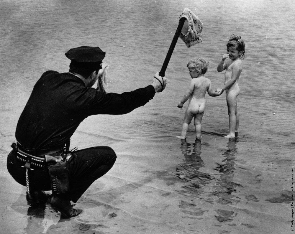 Смотреть семейный нудизм ретро фото, Нудисткий пляж ретро » Эротика фото и голых девушек 19 фотография