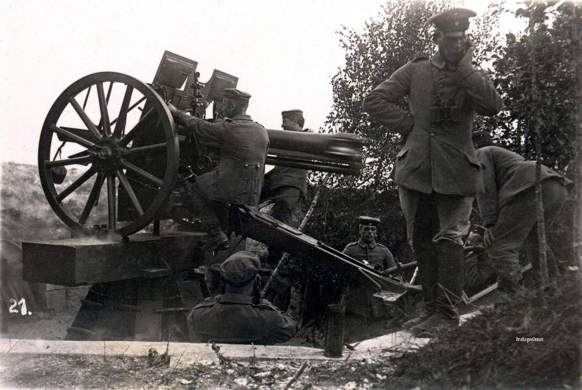 Полевая пушка калибра 7,7 см в момент выстрела (1917 год)
