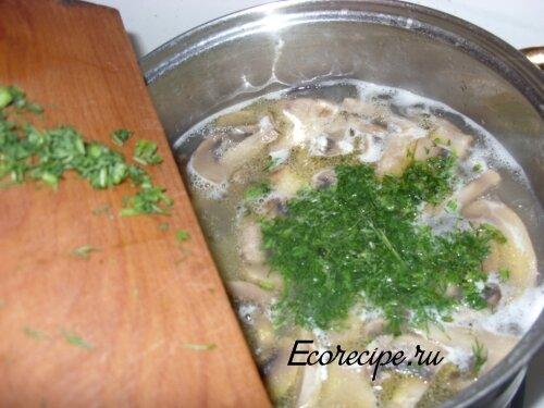 Заключительный этап приготовления грибного супа из шампиньонов