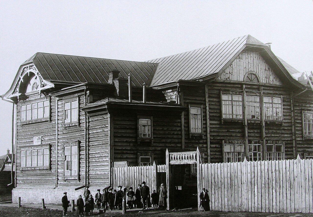 Деревянное двухэтажное здание 8-й начальной школы в Николаевской слободе