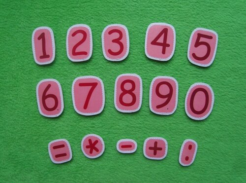 Детский календарь своими руками. Цифры. Карточки снабжены липучкой
