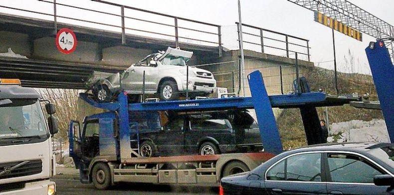0 70270 8cdb832f orig 60 самых нелепых автомобильных происшествий