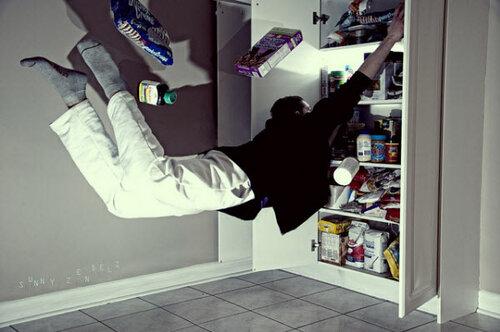 человек летает по дому