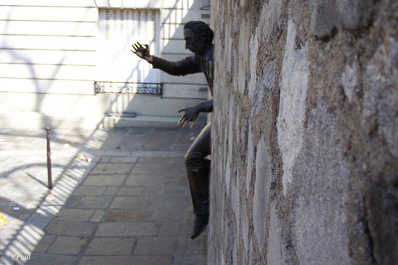 Памятник французскому писателю Марселю Эме. Париж, Монмартр.