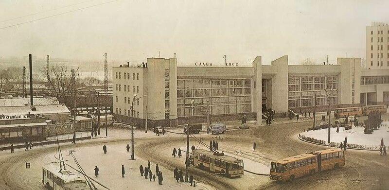 Троллейбус у Вокзала, 1984, фото В.Собровина