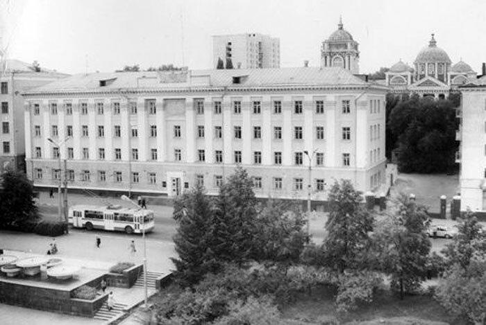 Троллейбус на ул. Фрунзе, фото В.Вяжевича