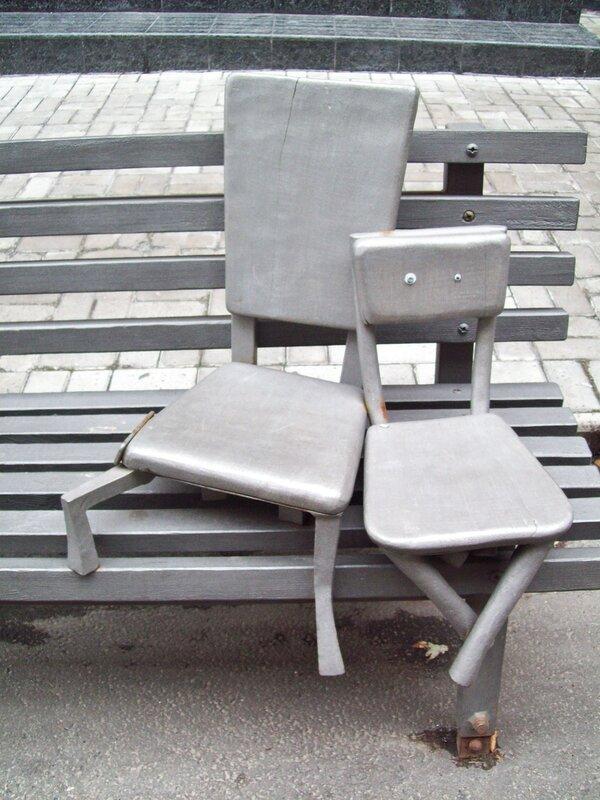 Пам'ятник стільцям в Пасажі