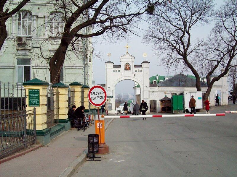 Въезд на нижнюю территорию Киево-Печерской лавры