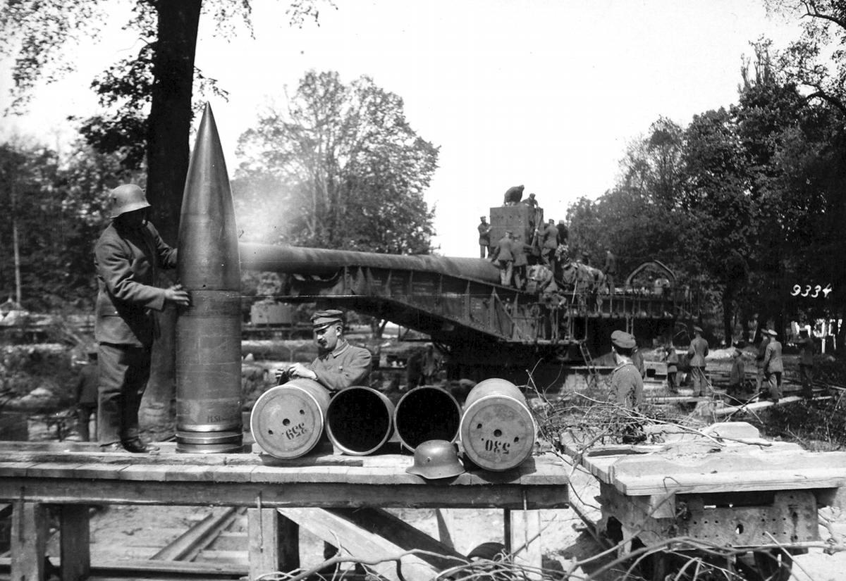 Немецкий солдат со снарядом для пушки Langer Max калибра 38 см (1918 год)(9)