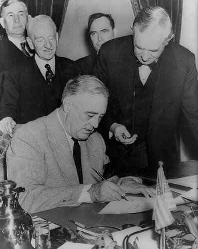 Президент сша ф рузвельт подписывает