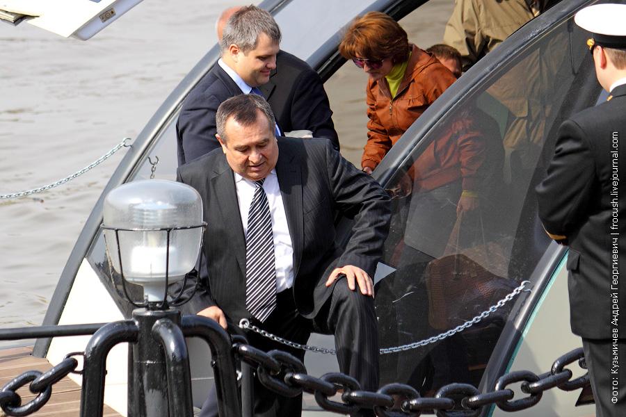 Лямов Николай Сергеевич выходит из речного такси