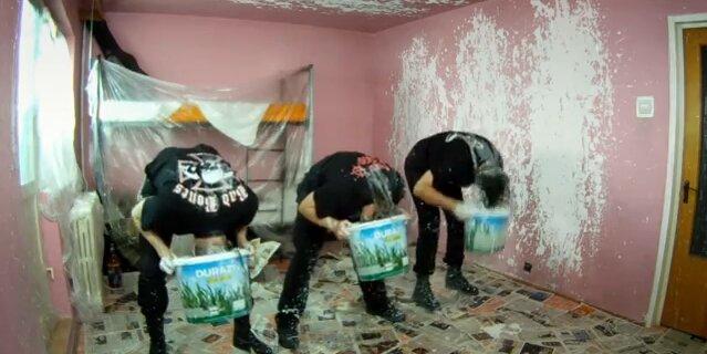 Металлисты красят комнату