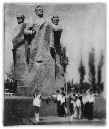 Грозный, пионеры у памятника Дружбы народов