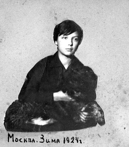 Вера Чаплина со своей собакой Тобиком (?). Москва, 1924