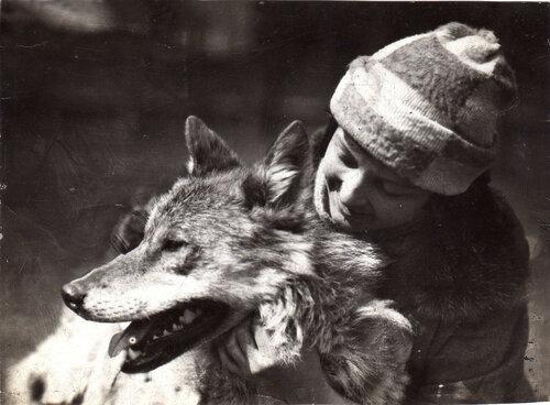 Вера Чаплина с волком Арго. Московский зоопарк, 1927