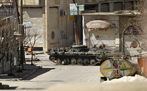 A BMP-1 personnel carrier advances into Saraquib city
