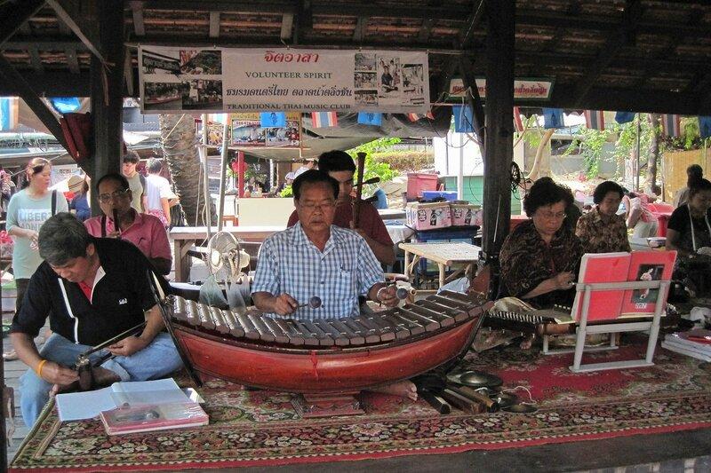 Ансамбль традиционной тайской музыки на плавучем рынке Талинг Чан, Бангкок