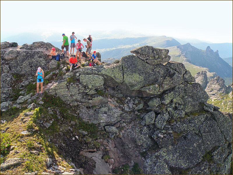 Группа яндекс-фотографов на вершине пика