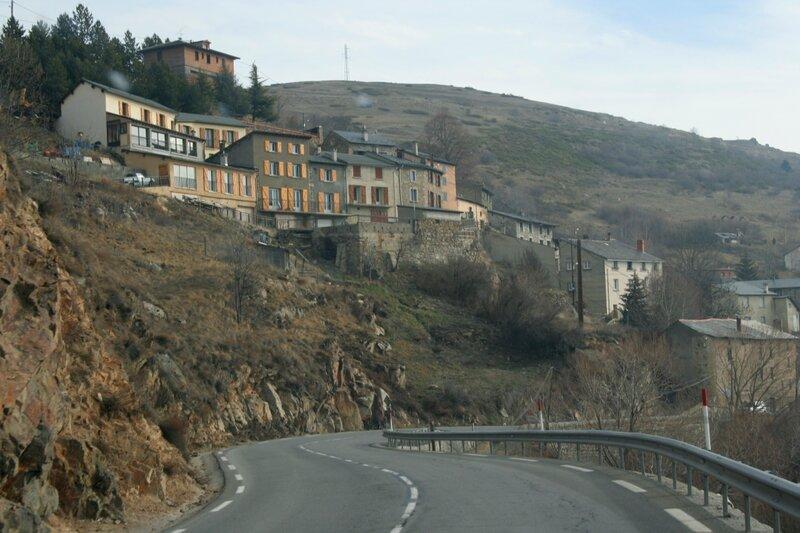 Дома над дорогой в Восточных Пиренеях